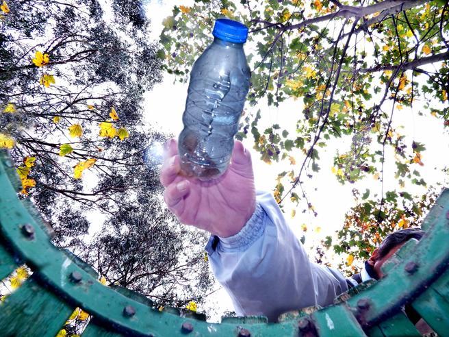 Reciclaje botella plástico basura