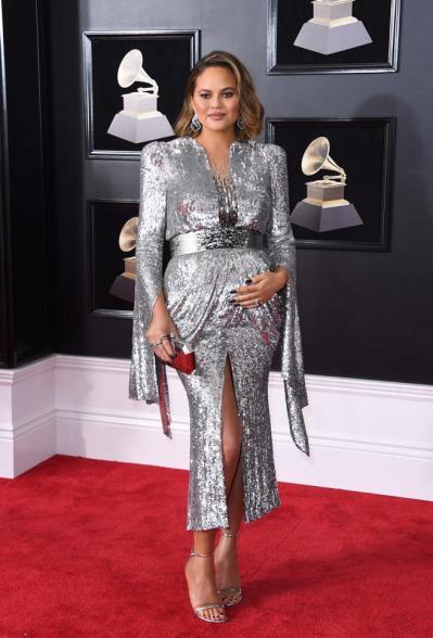 Chrissy Teigen en la alfombra roja de los Grammy