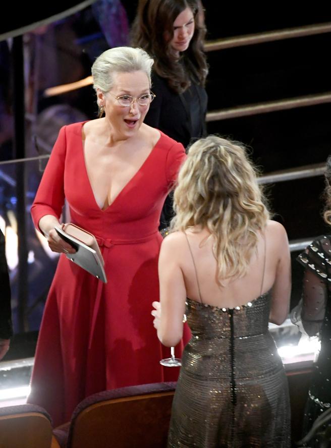 Lawrence hablando animadamente con Meryl Streep.