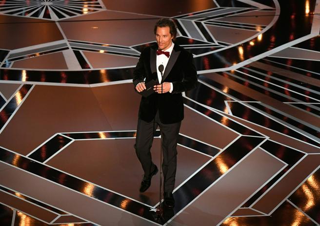 Matthew McConaughey sube al escenario para presentar uno de los premios de la noche