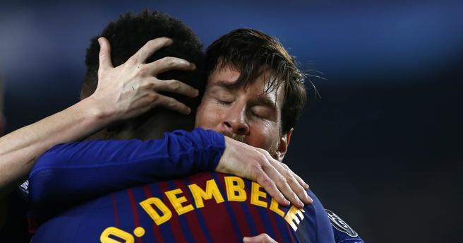 Ousmane Dembelé recibe el abrazo de Messi
