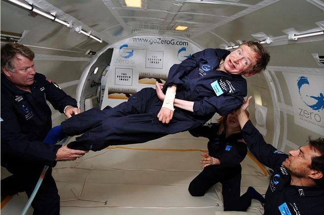 Hawking experimentó la ingravidez en un vuelo en 2007