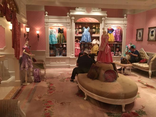 Una de las salas donde las niñas pueden probarse los vestidos