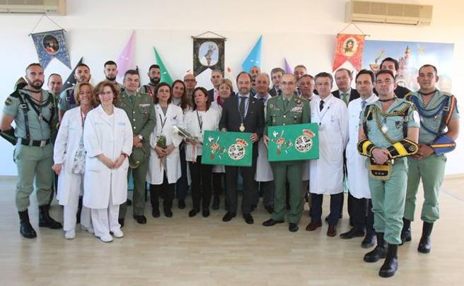 La legión junto al equipo sanitario del Hospital Materno de Málaga