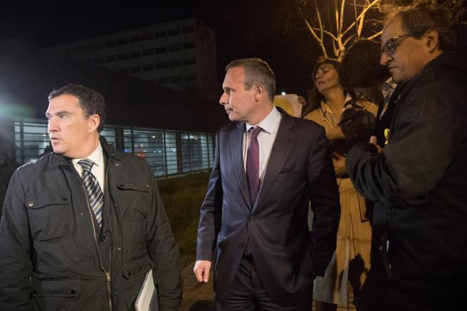 Josep Lluis Alay Rodríguez, en el centro de la imagen, fue puesto en libertad el miércoles por la noche. En la imagen, junto al abogado Jaume Alonso-Cuevillas (izquierda) y el diputado de JxCat, Quim Torra (d)