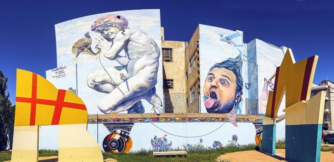 Un mural pintado por el artista local Martín Ron camino a caminata a el barrio de Coghlan en Buenos Aires