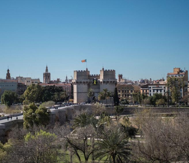 Lazo amarillo en las Torres de Serranos de València, en apoyo a los presos catalanes