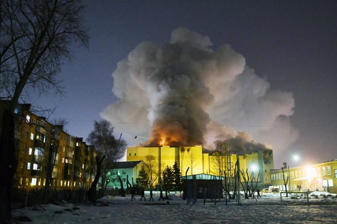 Una columna de humo se eleva sobre el centro comercial de la ciudad rusa de Kémerovo en el que ayer se desató un incendio