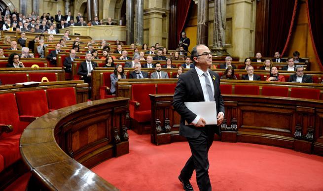 Turull acudiendo a la tribuna de oradores del Parlament en su sesión de investidura
