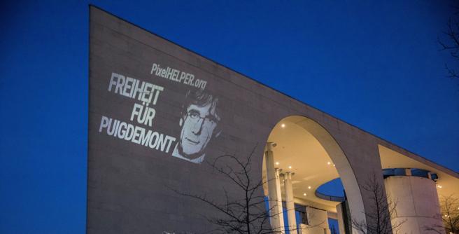 Una proyección pide por la libertad de Carles Puigdemont, president cesado de la Generalitat, en el edificio de la Cancillería, en Berlín