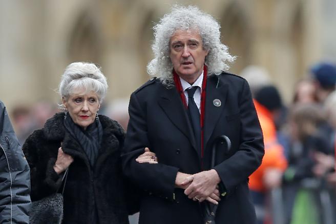 Bryan May y su mujer llegan al funeral