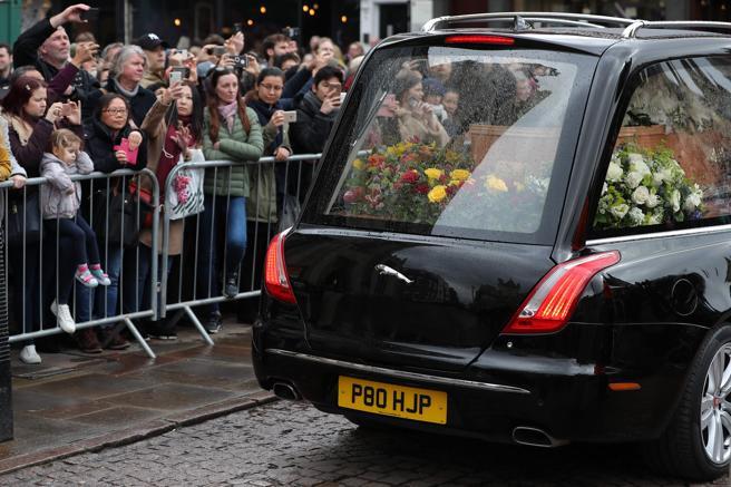 Cientos de ciudadanos se agolparon a las puertas de la iglesia para despedir a Hawking