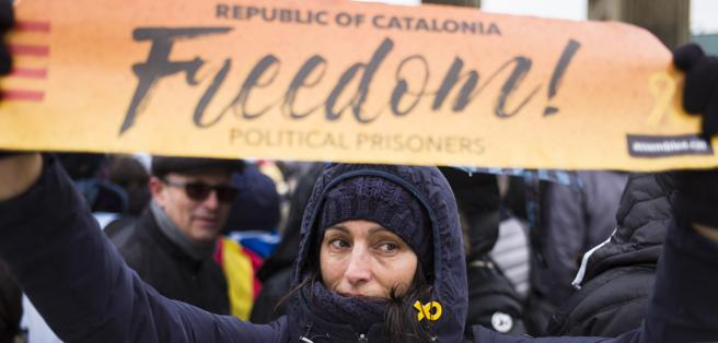 Una mujer con una pancarta en la marcha por la libertad de Carles Puigdemont .