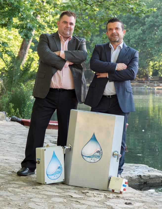 Los fontaneros valencianos, Rafael Rodrigo y Francisco Pelegero, han inventado un dispositivo que neutraliza el malgasto que supone el tradicional gesto de abrir el grifo y esperar a que el agua fría salga caliente.