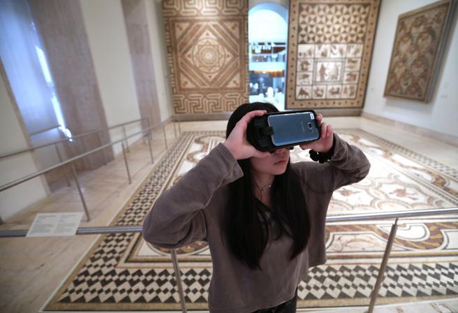 Uso de gafas de realidad virtual en el MAN.