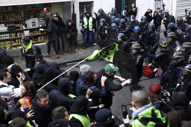 Enfrentamientos entre manifestantes y la policía durante una manifestación en favor de los trabajadores del ferrocarril, en París