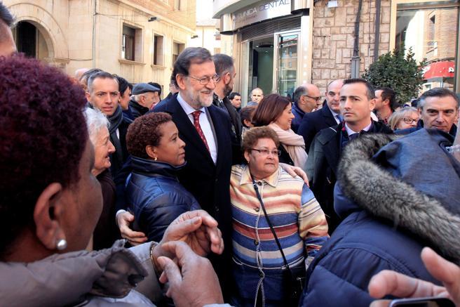 El presidente del Gobierno, Mariano Rajoy (c),durante un paseo por Teruel, tras presentar el Plan de Extensión de Fibra Óptica, el Plan 300x100 para extender la banda ancha a todos los municipios españoles en cuatro años, gracias a una inversión de 525 millones de euros. EFE/ Antonio García