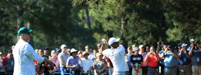 Swing de Tiger Woods ante la mirada de Joe LaCava