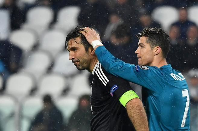 Ronaldo se saluda con el meta juventino Buffon tras el partido de ida de la Champions