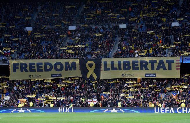 La afición ha reclamado 'Llibertat' en el Barcelona-Roma