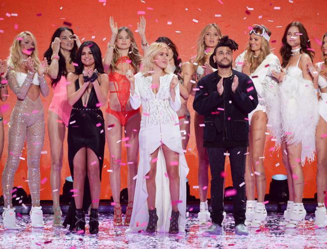Selena Gomez, Ellie Goulding y The Weeknd en el Victoria's Secret Fashion Show 2015