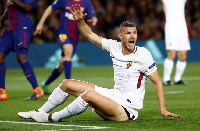 El delantero de la Roma Edin Dzeko ha reclamado penalti tras ir al suelo por un toque con Semedo