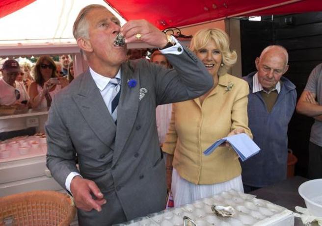 Carlos de Inglaterra saltándose la prohibición en un festival de ostras inglés
