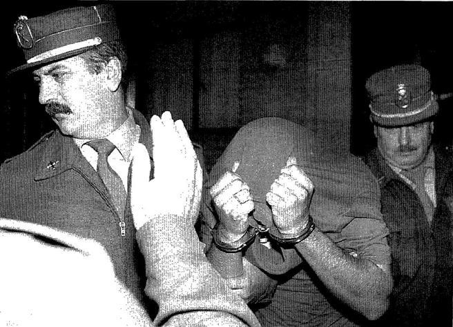 Cándido Ortiz, uno de los secuestradores y asesinos de Anabel Segura, abandonando el juzgado de instrucción tras declarar ante el juez en 1996