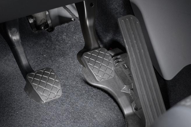 Dependiendo de si es un coche automático o manual, el uso de los pedales puede confundir al conductor