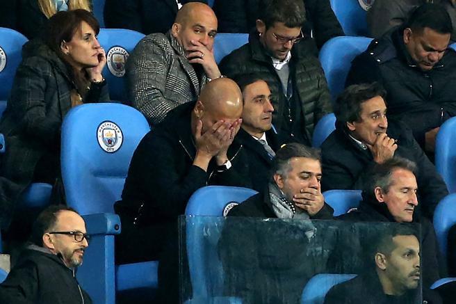 El entrenador del Manchester City, Pep Guardiola (c-i), observa el encuentro desde la tribuna tras ser expulsado del campo