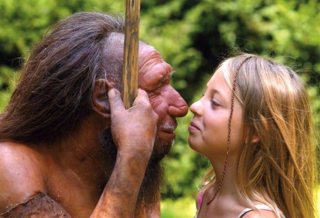 Una niña mira una recreación de un neandertal en el Museo del Neandertal