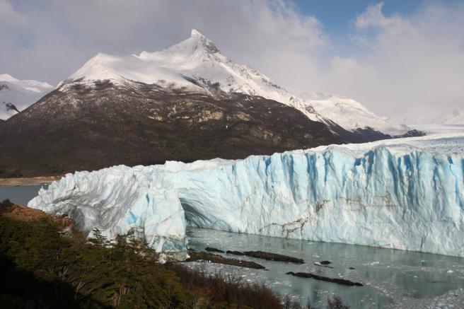 Los glaciares de Argentina están regulados por una ley que los protege de su desaparición. La realidad, sin embargo, muestra que los gigantes de hielo del país ven pasar los años sin que se tomen medidas para su conservación ante el avance del cambio climático y una agresiva actividad minera.