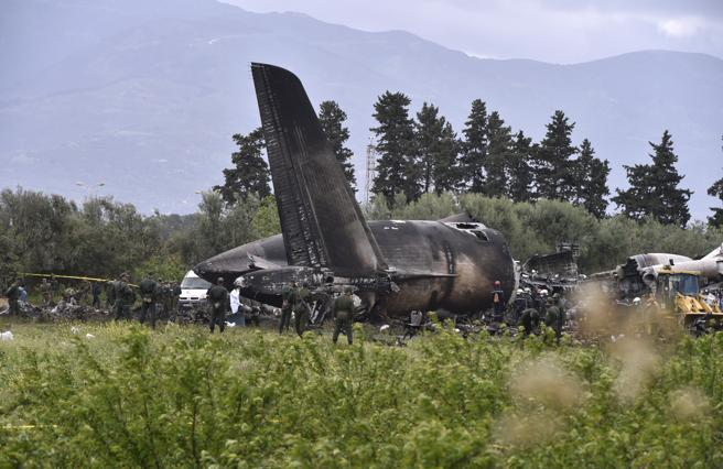 Equipos de emergencia en el lugar del accidente aéreo