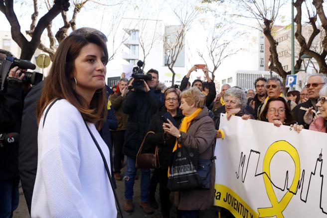 Olga Ricomà, investigada para colgar en el balcón una pancarta contra la policía después del 1-O, con las personas que le han apoyado por su citación en los juzgados de Tarragona.