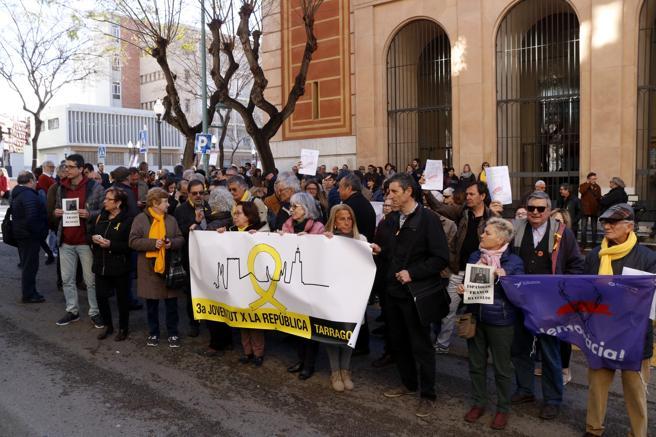 Imagen de las personas concentradas en apoyo de Olga Ricomà, investigada para colgar en el balcón una pancarta contra la policía después del 1-O, ante los juzgados de Tarragona.