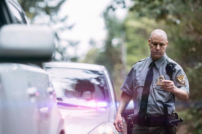 Un policía americano comprueba el carné de conducir