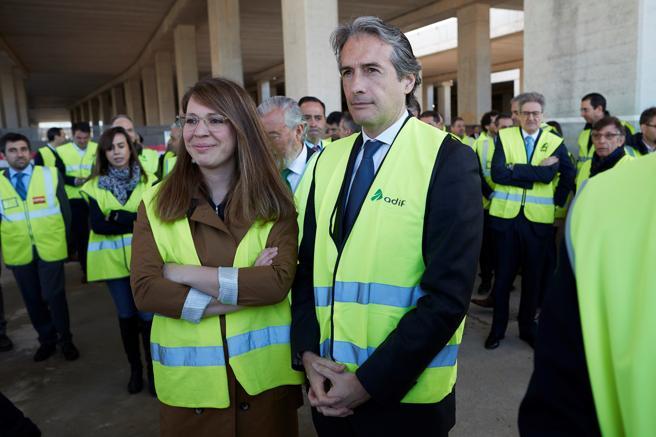 El ministro de Fomento, Íñigo de la Serna junto a la concejal de urbanismo del Ayuntamiento de Barcelona, Janet Sanz