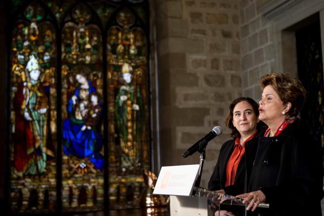 Ada Colau escucha las palabras de la expresidenta brasileña Dilma Rousseff en una rueda de prensa en la que los periodistas no podían formular preguntas a la mandataria