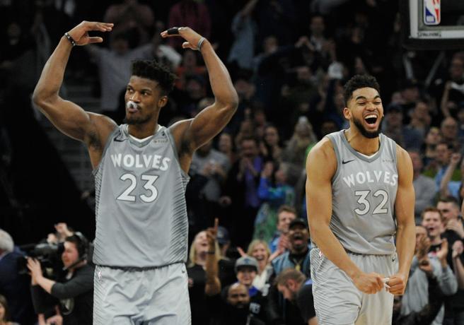 Los dos pilares de los Wolves, Karl-Anthony Towns y Jimmy Butler, celebran la victoria de su equipo frente a Denver Nuggets que les mete en los Playoffs