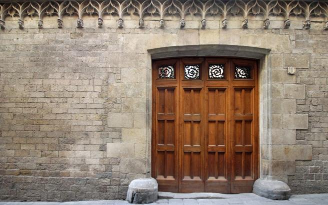 La fachada del Palau de la Generalitat en la calle del Bisbe es la primera ampliación del edificio original, ejecutada a principios del siglo XV