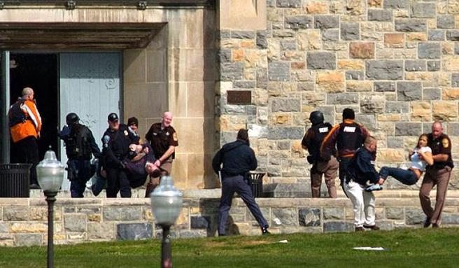 La policía ayuda a algunas víctimas del tiroteo de Virginia Tech de 2007