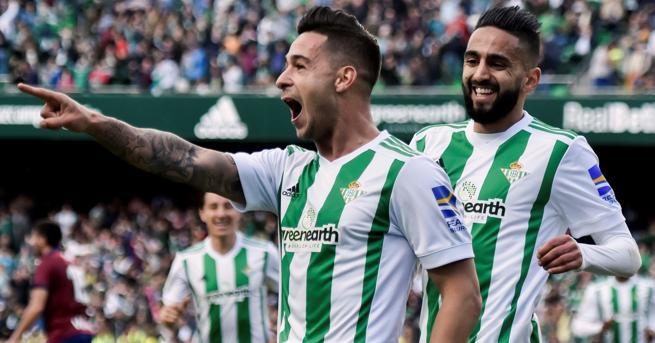 Sergio León celebrando un gol con el Betis