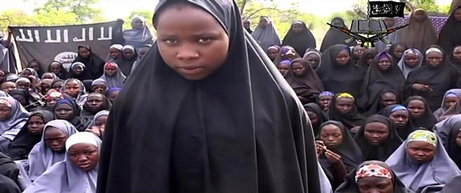 El grupo extremista Boko Haram que secuestra a 276 adolescentes de la escuela de Chibok, en Nigeria, emite un video que muestra a 136 jóvenes retenidas, exigiendo a cambio la liberación de combatientes detenidos