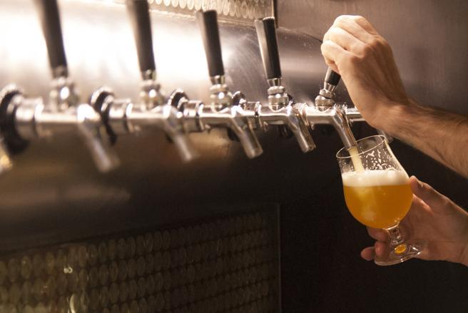 Una pinta de cerveza en el reino unido contiene 0,568 litros