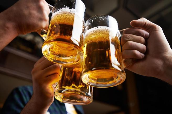 Muchas personas beben regularmente más de lo que se recomienda