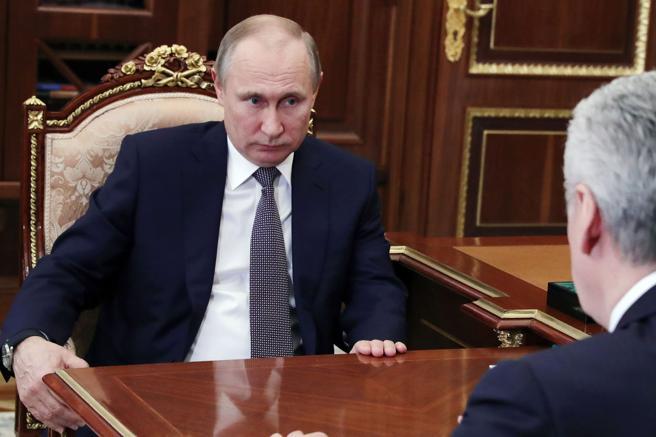Vladímir Putin junto al alcalde de Moscú tras hacerse público el ataque de EE.UU., Gran Bretaña y Francia a Siria