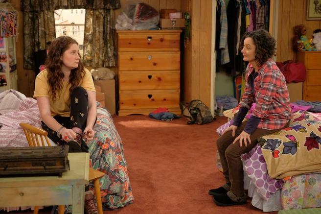 En una imagen con Sara Gilbert, su madre en 'Roseanne'.