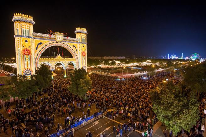 GRAF4062. SEVILLA. 15/04/2018. La Feria de Abril de Sevilla ha comenzado esta noche tras el tradicional encendido del 'alumbrao', activado este año por diez personas de mas de 64 años, y donde mas de 200.000 bombillas iluminaran desde las doce de la noche el Real de la Feria. EFE/Raúl Caro.
