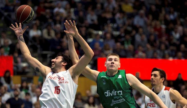 El ala del Bilbao Basket, Álex Mumbrú (d), pelea el balón con el pívot sueco del Divina Seguros Joventut,