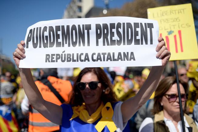 Una manifestante pidiendo la investidura de Carles Puigdemont